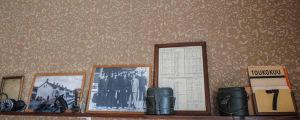 Vanhoja valokuvia hyllyllä