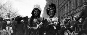Två kvinnor firar Valborg i Helsingfors 1912.
