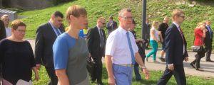 President Kersti Kaljulaid promenerar tillsammans med borgmästare Tarmo Tammiste på strandpromenaden i Narva.
