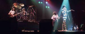 Rockbandet Queen uppträder 1977.