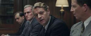 Scen där Trygve Lie (Anders T. Andersen) ställer en syrlig fråga till kronprins Olav.