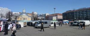 Salutorget i Åbo med torgförsäljare och kunder innan torgparkeringen byggdes.