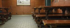En rad med bruna bänkar och bord i Kemistklubbens föreningslokal.