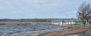 Bryggor vid siminrättning som slitit sig loss i vinterstorm.