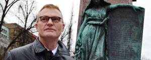 Henrik Meinander tycker det är pinsamt att Runebergs staty inte talar svenska.