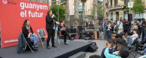 Barcelonas borgmästare Ada Colau pratar från en liten scen.
