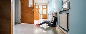 Tuhkimotarinoiden Nanna istuu sairaalan käytävällä