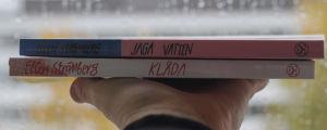 Två böcker av Ellen Strömberg, Klåda och Jaga vatten, som man ser bokryggarna på.