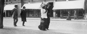 Kvinnor promenerar på Norra Esplanaden i Helsingfors 1910-tal.