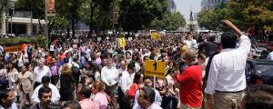 Folk samlas på gatorna i Mexico City efter ett jordskalv.