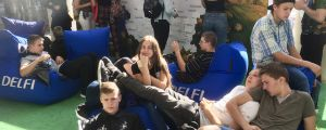 Litauiska ungdomar slappar på allmän plats