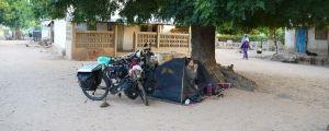 En kvinna sitter i ett tält
