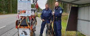 Två poliser och en polishund poserar tillsammans med en vagn där det står Expedition Baltica Atlantica.