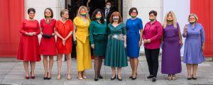 Parlamentsledamöter i Polen klädde sig i regnbågsfärger i Polen när president Andrzej Duda svors in 6.8.2020.