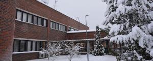 Peltola skolhus i vinterskrud.