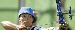 Taru Kuoppa spänner bågen i rankingtävlingen i bågskytte i OS i Rio.