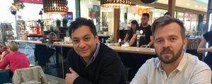 Journalisterna Attila Babos och Ferenc Nimmerfroh på café i Pécs.