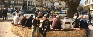 De manliga pensionärerna i Veles i Makedonien möts dagligen på torget.