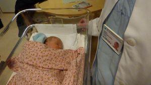 Nyfödd baby sover på BB i Ekenäs.