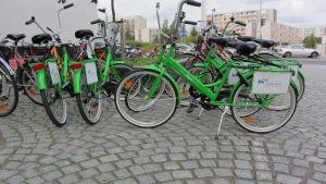Gröna jopo-cyklar på en skolgård