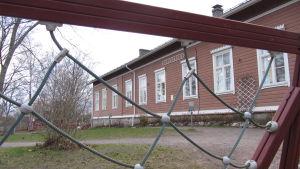 En brun skola i trä som är Bromarv skola.
