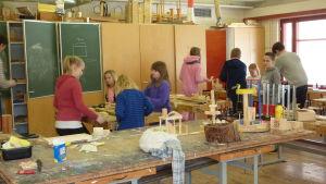 Barn i ett klassrum i Kyrkfjärdens skola i Ingå. Barnen har slöjdlektion.