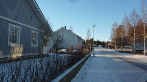 Egnahemshusområde i Lövkulla i Karis och på bilden syns två gråa egnahemshus längs med en sandig gata.