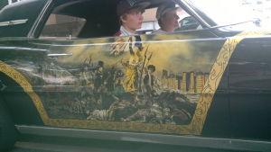 Ungdomar i dekorerad bil.