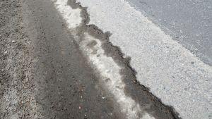 Spricka i asfalten på Bjurbölevägen