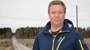 Taxichaufför Lars Salomaa står vid Jackarbyvägen