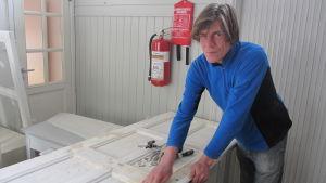 Jukka Häsänen jobbar med fönster