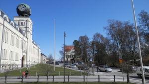 Svenska och finska gymnasiet finns för tillfället i samma byggnad i Jakobstad