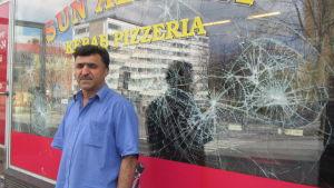 Mohammed Moradi framför ett söndrat fönster