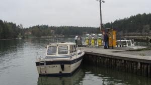 Båt som tankas vid brygga