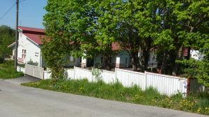Knattebo i Ingå fotat från vägen.