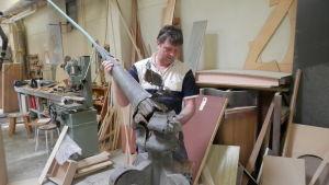 Mikael Kackur vid snickeriverkstaden förevisar Rådhusets gamla spira
