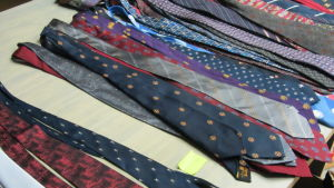 Många olika slipsar. Slipsarna är en del av Västra Nylands landskapsmuseums samlingar.