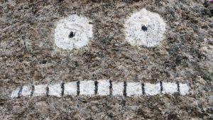 Mårrans ansikte målat på en sten på Pellinge i Borgå skärgård
