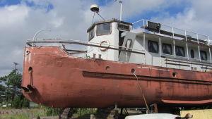 Minbåten Loimu står på land i Barösund i Ingå