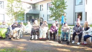 Invånarna i Villa Pentby deltar i Alfa Omega Raseborgs rollatorrally.