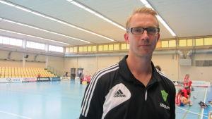 Marcus Sjöstedt tränar Sjundeå IF:s handbollsdamer.