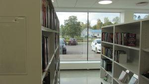 Från ungdomsavdelningen i nya biblioteket i Ingå ser man ut över hamen och det förra biblioteket.