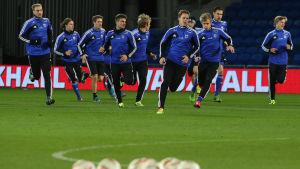 Finlands herrlandslag i fotboll tränar.