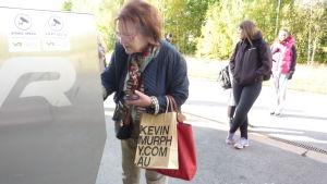 Anki Schevelew försöker köpa biljett till rälsbussen. Automaten ville inte ta hennes kort.
