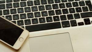 En dator och en mobiltelefon