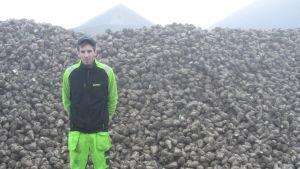 Marcus Fagerström vid ett berg av sockerbetor