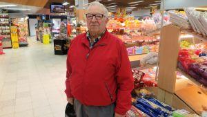 Bengt Dahlqvist kollar livsmedelspriser i Borgå Citymarket