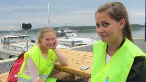 Catharina Karlstedt och Mercedés Sjöholm sommarjobbar som hamnvakter i Ingå småbåtshamn.