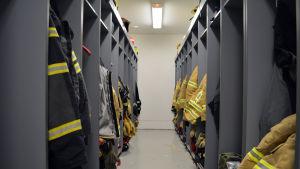 Karis brandstation rum med brandmännens klädskåp.