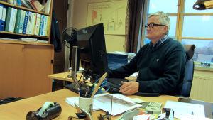Chefen vid Raseborgs vatten, Tom Törnroos, vid sitt arbetsbord.